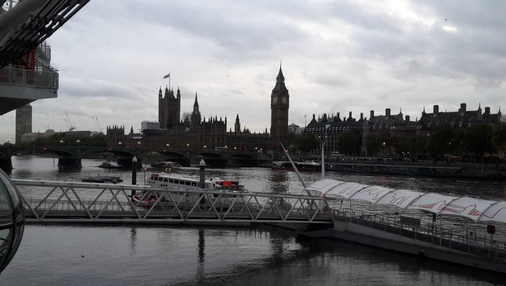 Der Blick auf den Big Ben aus einer der zahlreichen gläsernen Gondeln des London Eye. Nur der graue Schleier stört ein wenig.
