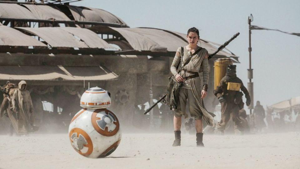 Rey (Daisey Ridley) und BB-8 (c) Walt Disney Studios